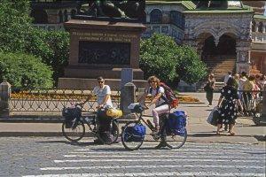 En vélo dans Moscou vers la gare du Transsibérien. 13 juillet 1994.