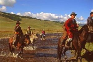 Cavaliers mongols franchissant un torrent. Marc et son vélo. 27 juillet 1994.