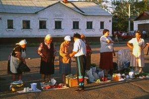 Sur le quai de la gare de Balezino. 14 juillet 1994.