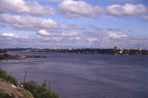 Le Transsibérien traverse la rivière Iénissei devant la ville de Krasnoiarsk. 16 juillet 1994.
