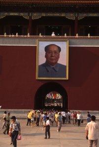 L'entrée de la Cité Interdite à Pékin avec le portrait de Mao Tsé Toung. 20 août 1994.
