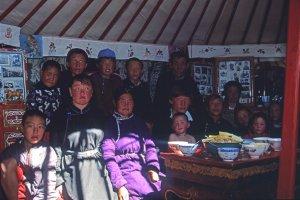 Famille à l'Intérieur de la yourte où nous avons été invités. 28 juillet 1994.