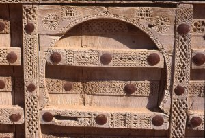 Porte sculptée à Aynat