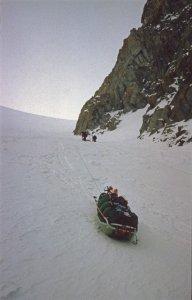 Une pulka descend le col Major à bout de corde. Alpes de Stauning. 1er mai 1984.