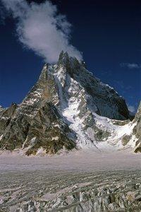 Rive droite du haut glacier de Biafo. Août 1986.