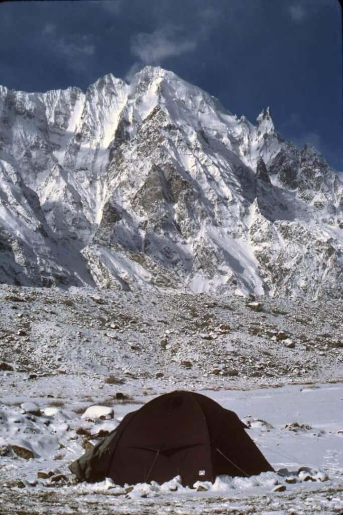 Camp sur le replat morainique de la rive droite du glacier d'Hispar. Avril 1987.