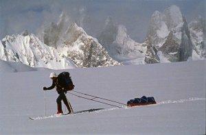 Karakoram. Sur le Snow Lake, au fond, les tours de Biafo. 8 avril 1990