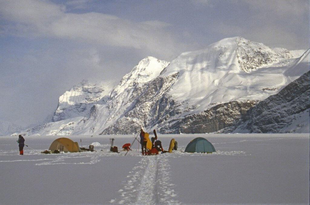 Camp sur le fjord Kangerdlugssuaq. Vue vers l'est. 4 mai 1991.