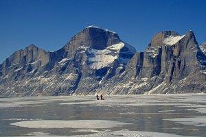 Sam Ford Fjord et versant est du Broad Peak (1700m) au centre et des aiguilles du Belvédère (1400m) à droite. 23 avril 2003.