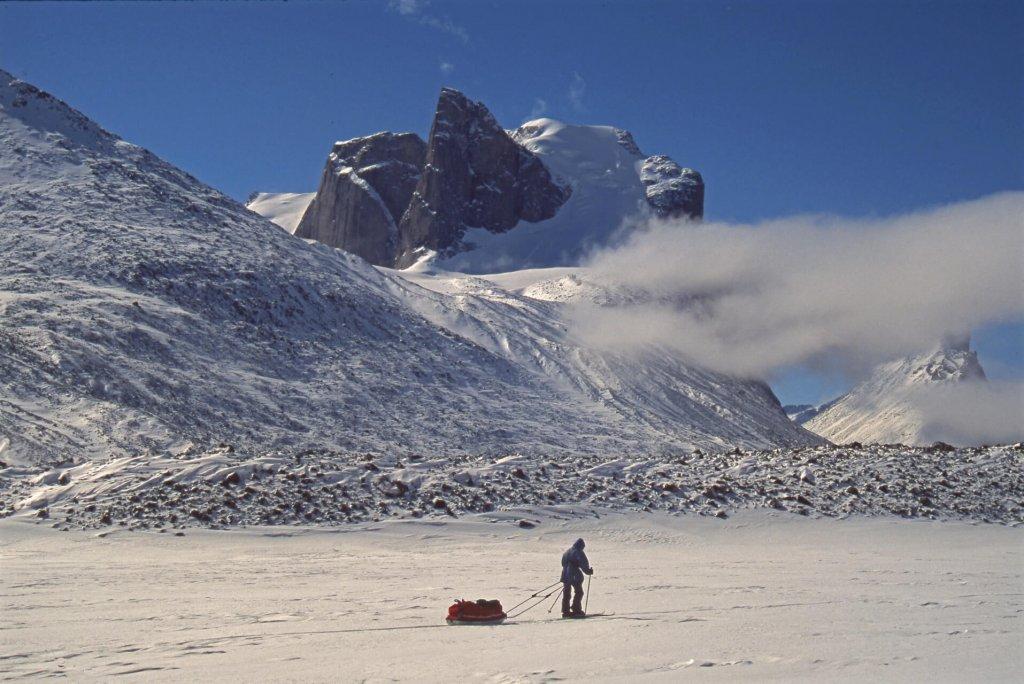 Vallée de la Weasel et Breidablik Peak. Au fond à D, le sommet de Thor Peak est caché par un nuage.