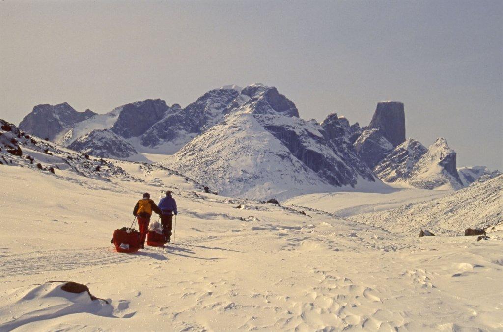 Arrivée au col d'Akshayuk. Au fond à D, le glacier Turner et le Mont Asgard. A l'extrême D, le Mont Loki. 12 avril 2002.