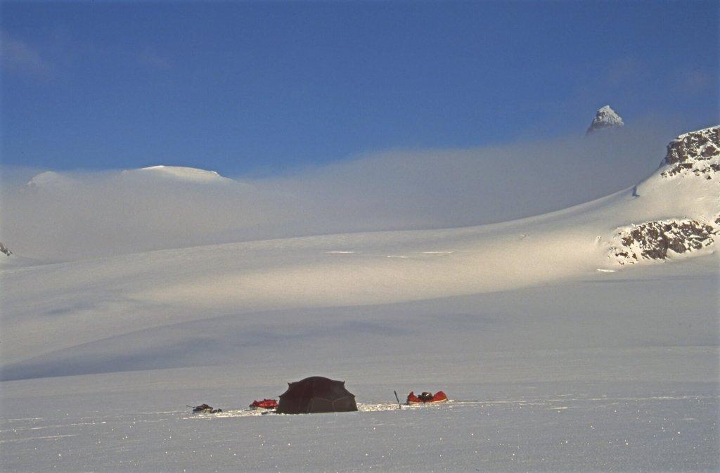 Camp au pied de Naulik Mountain. 7 mai 2002.