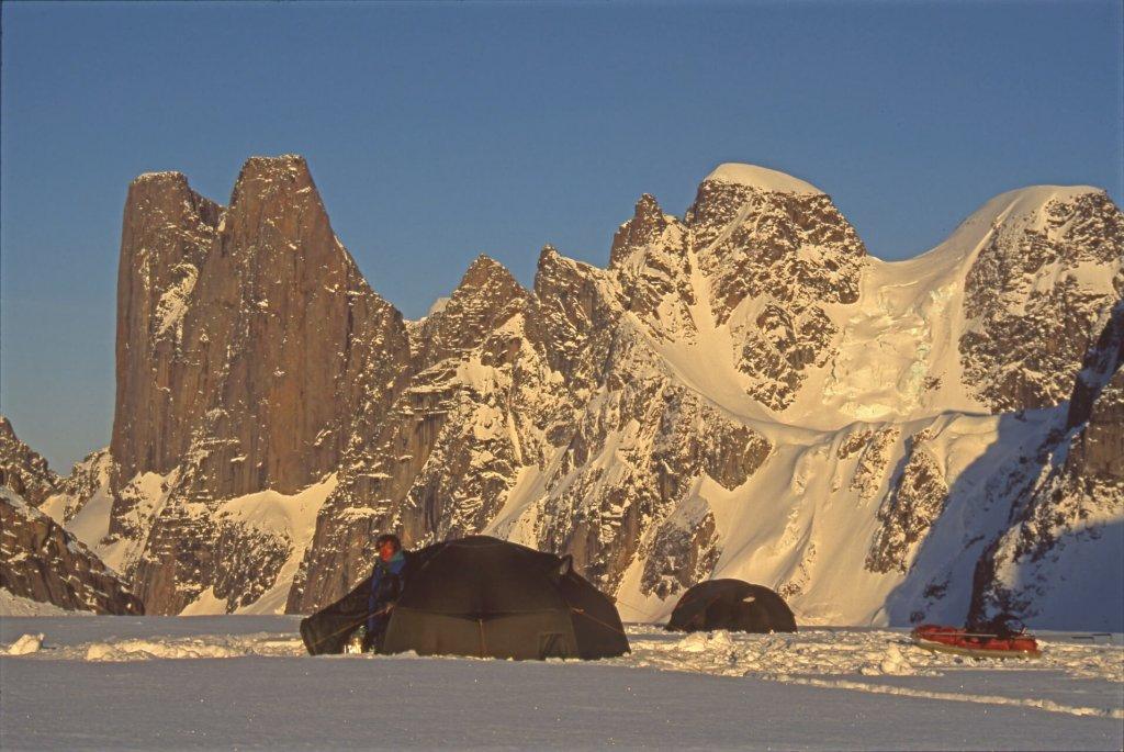 Le camp de l'Asgard. Au fond, à G, le versant ouest du Mont Asgard. 29 avril 2002.