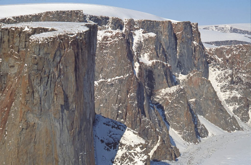 Massif de la Tour du Couronnement. A gauche, la Tour du Couronnement. 26 avril 2002.