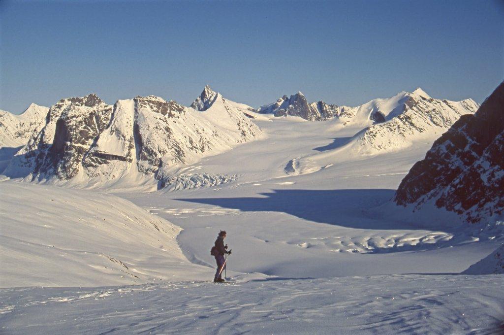 Béatrice devant le glacier de Qila. 6 mai 2002.