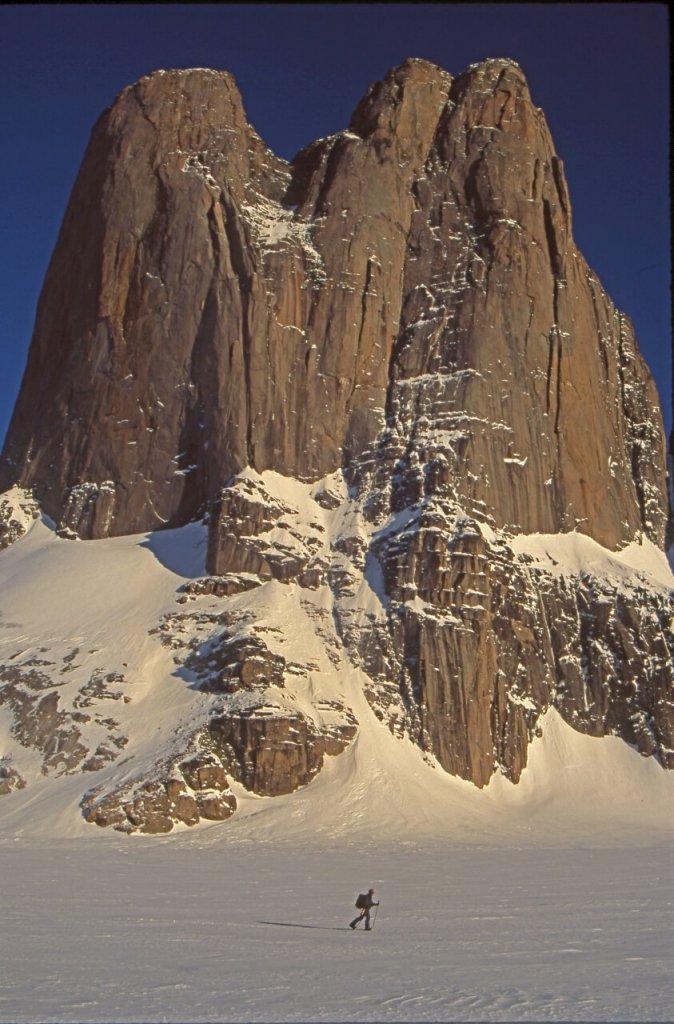 Paule au pied du versant nord du Mont Asgard. 30 avril 2002.