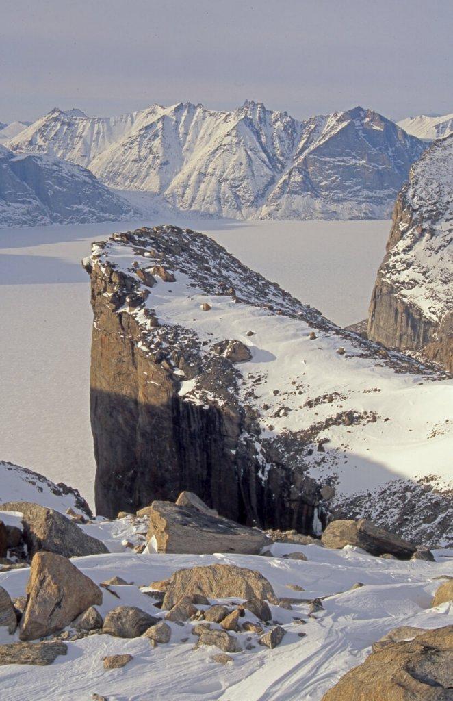 La partie nord du Sam Ford Fjord vue en montant au Kigut Peak. Au fond, Remote Peninsula. 25 avril 2003.