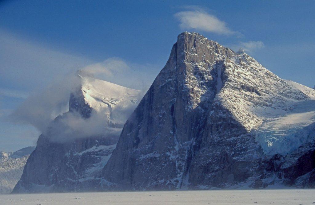 Walker Arm et le massif des Beluga Mountains. A droite, le Polar Sun et son couloir nord. 29 avril 2003.