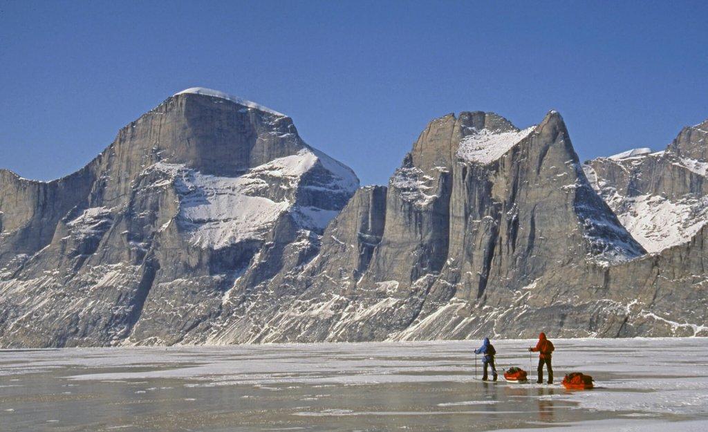 Béatrice et Marc G. sur le Sam Ford Fjord. Versant est du Broad Peak (1750m, à G) et des aiguilles du Belvédère (1450m, à D). 23 avril 2003.