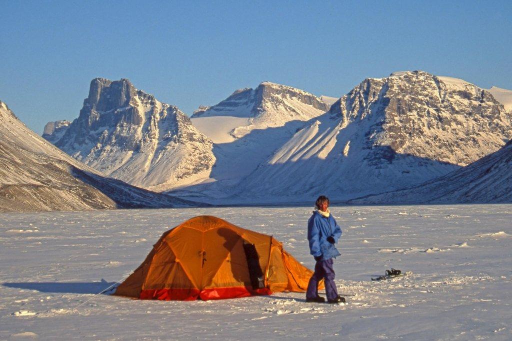 Camp sur le Sam Ford Fjord près de Swiss Bay. Au fond, la vallée conduisant à Revoir Pass. 23 avril 2003