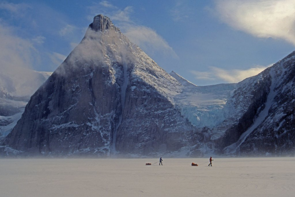 Walker Arm et Beluga Mountain. A G, le Polar Sun et son célèbre couloir nord. 29 avril 2003.
