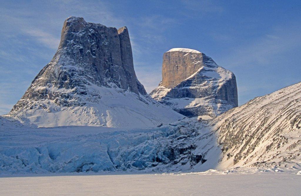 Aiguille du Belvédère, 1450m à G, Broad Peak, 1750m à D versant nord. Front du glacier et Sam Ford Fjord au premier plan - 28 avril 2006.