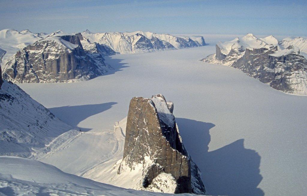 Vue vers le nord depuis le sommet du Broad peak. Au 1ér plan, aiguille du Belvédère et Sam Ford Fjord, à G, Remote Peninsula et entrée de Walker Arm. Au fond à D, Kigut Peak. 28 avril 2006.