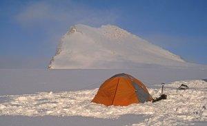 Sommet dominant le camp 10 et gravi à skis dans la soirée du 4 mai 2006.