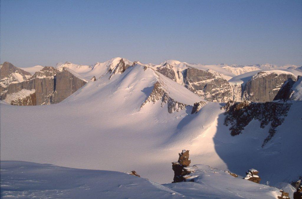 Vue vers l'est depuis le sommet gravi à skis dans la soirée du 5 mai 2006.