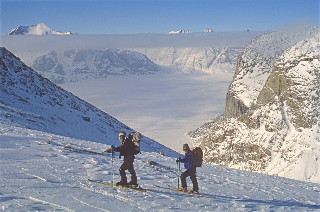 Michele et Gérard montent au Kigut Peak. Sam Ford Fjord et Remote Peninsula au fond. 24 avril 2006.