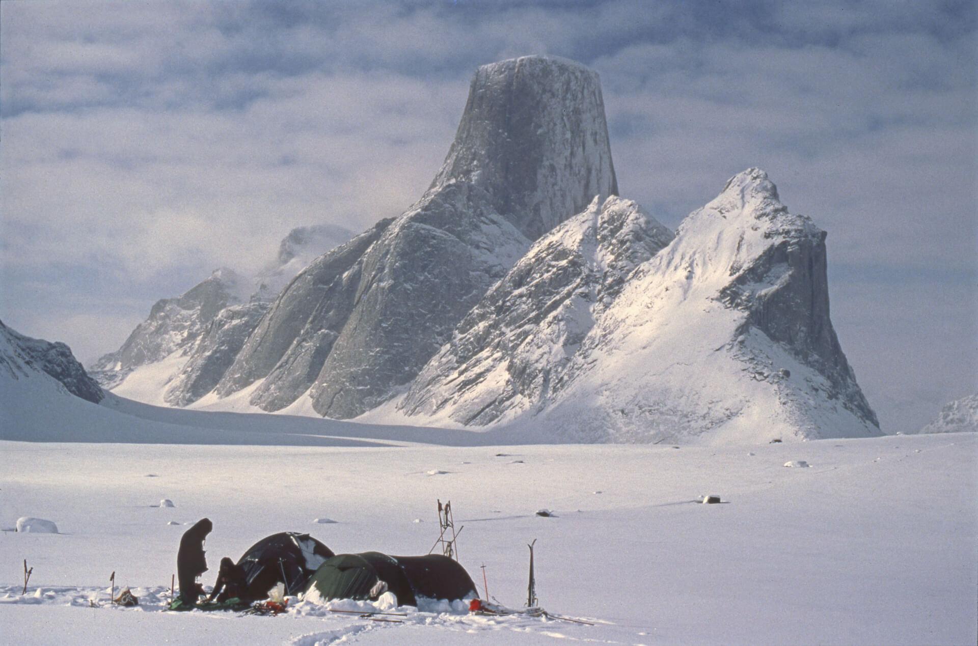 Camp sur le glacier Turner face au versant nord-est du Mont Asgard