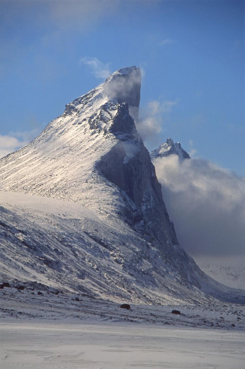 Thor Peak domine la vallée de la Weasel de 1200m