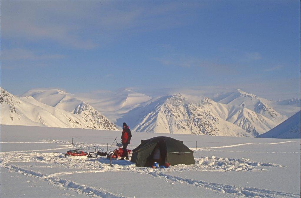 Gérard au camp 5 sur le haut glacier Kaparoktalik. 23 avril 1999.