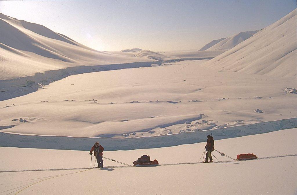 Lac glacé vers le camp 14. Au fond, la trace venant du camp 13. 8 mai 1999.