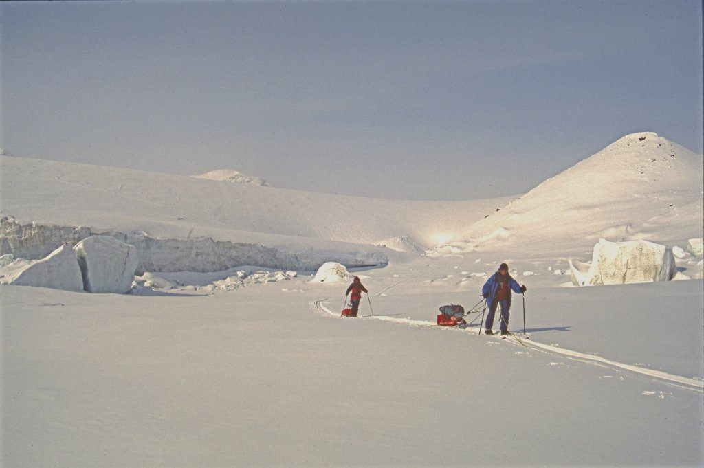 En quittant le lac gelé à l'est du glacier Aktineq. 7 mai 1999.