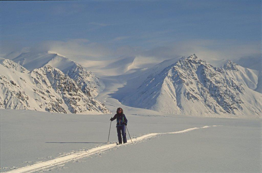 Béatrice devant le camp 5 sur le haut glacier Kaparoktalik. 23 avril 1999.