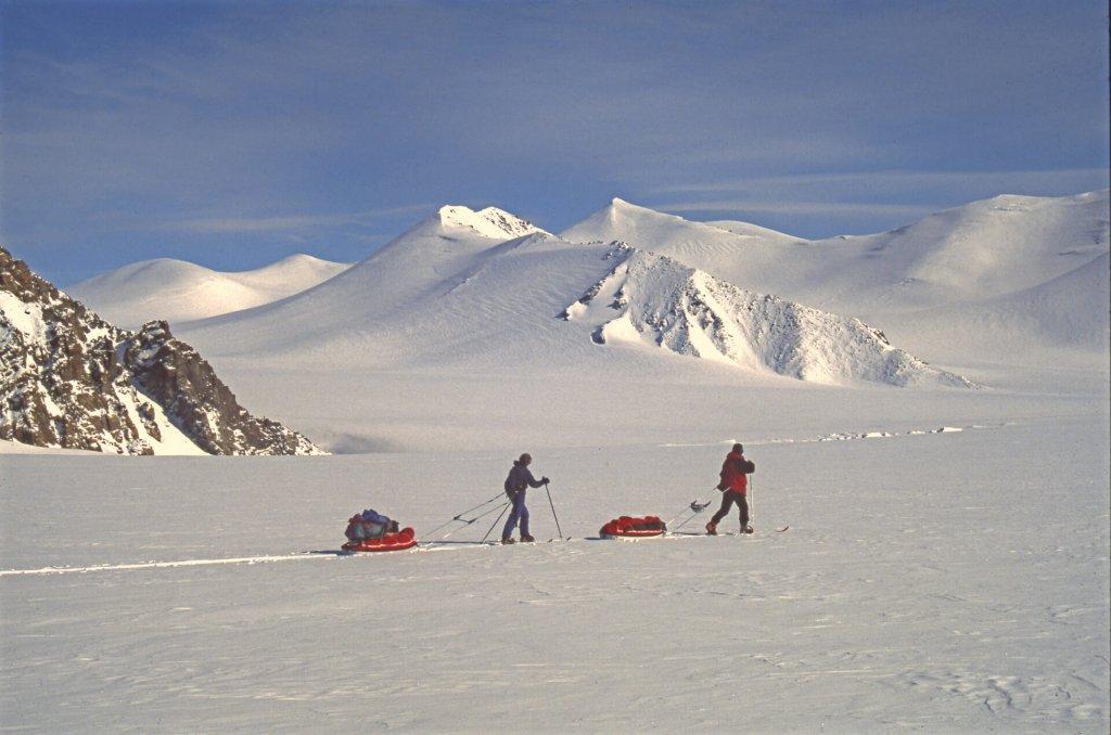 Béatrice (G) et Gérard (D) entre les camps 14 et 15 le 8 mai 1999.