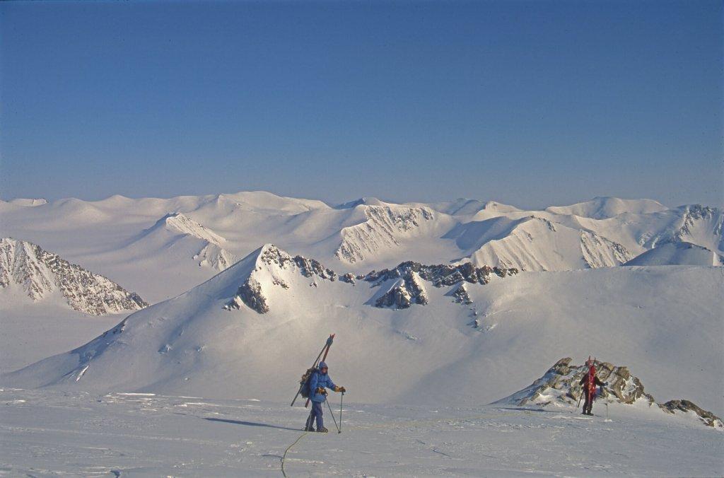 Béatrice et Gérard au sommet situé au-dessus du camp 12. 5 mai 1999.