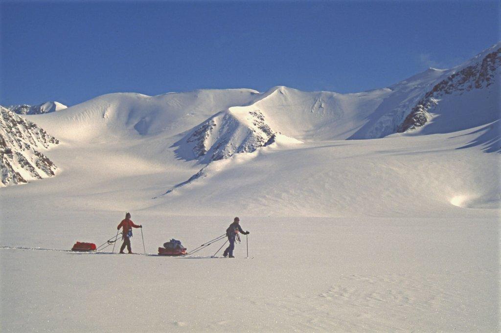En quittant le camp 13 sur le glacier Aktineq. 8 mai 1999.