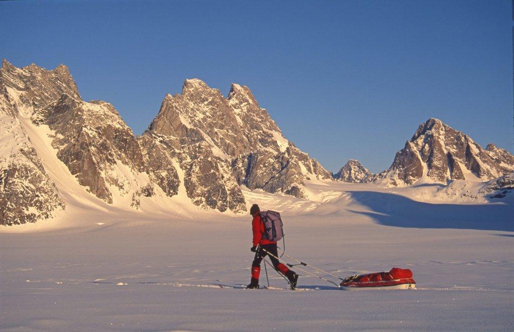 En quittant le camp 16 sur le glacier du 16 Septembre. Au fond, le Rodebjerg. 3 mai 1997.