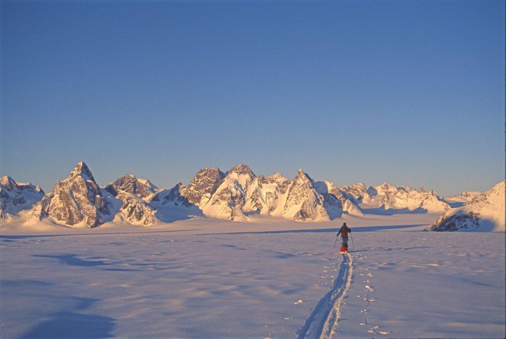 Sur la partie supérieure du glacier du 16 septembre, entre les camps 16 et 17. Au fond, le col de Slangen. 3 mai 1997.
