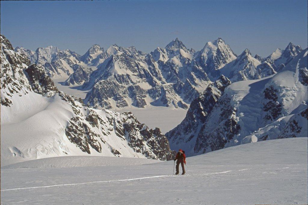Montée au dôme Boivin. Au fond, le glacier de Paris et la chaîne des Avant Garden. 20 avril 1997.
