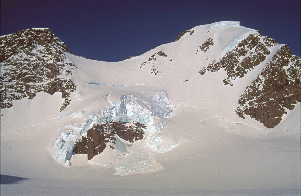Le Mont Forel (à D) et la voie d'ascension. 23 avril 1997.