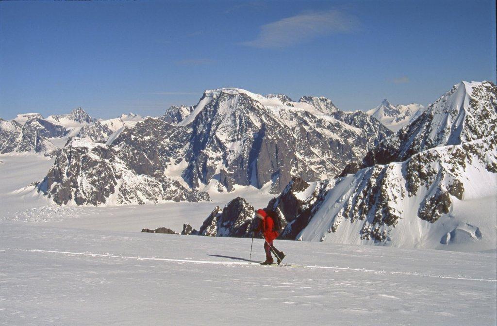 Montée au dôme Boivin. Au fond, le massif du Mont Forel. 20 avril 1997.