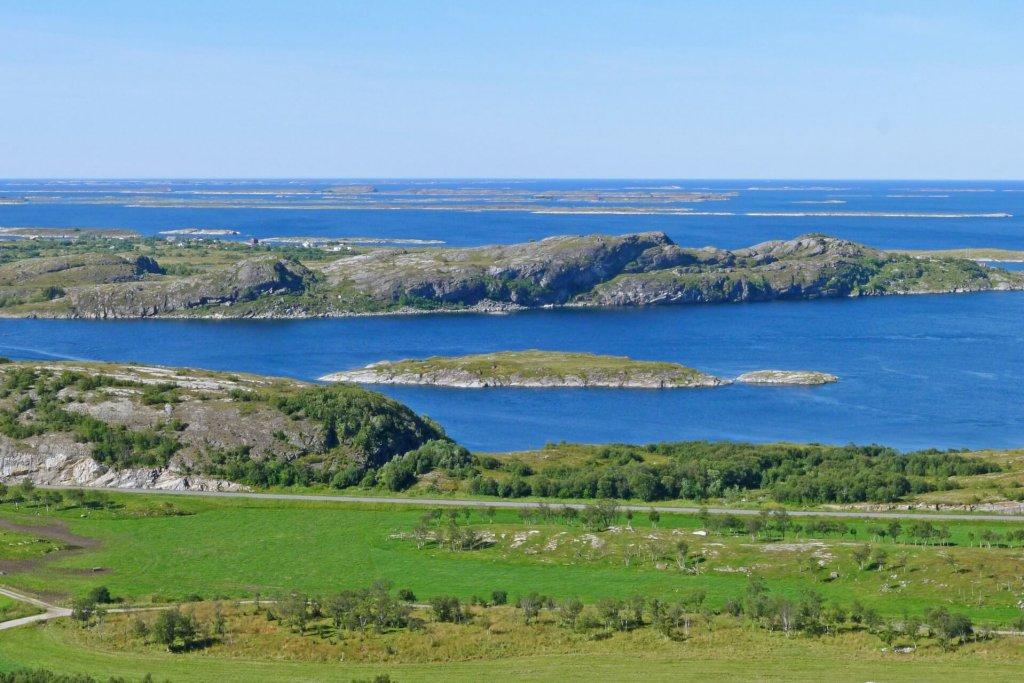 L'île de Donna vue depuis le sommet d'Akvikfjellet le 15 août 2015.