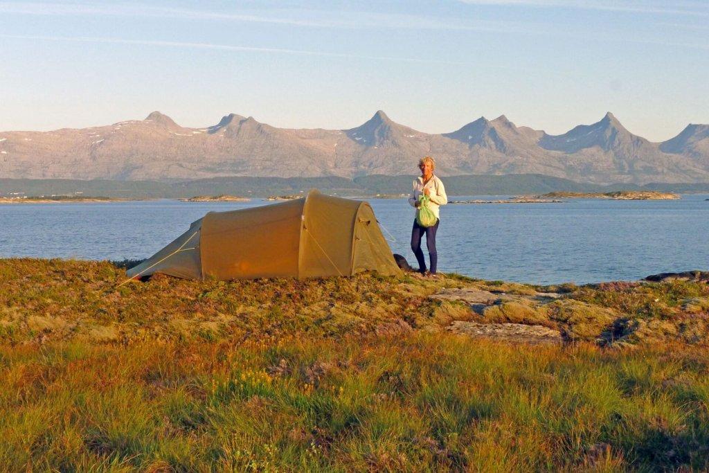 Le camp 19 sur l'île Donna le 23 août 2015. Au fond, le massif des 7 soeurs.
