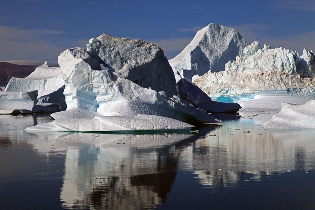 Tour de l'île de Milne - Icebergs dans le détroit de l'Ile Rouge le 11 août 2010.