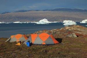 Le camp 8 sur le Rødefjord. Au fond, la côte ouest de Milne - 12 août 2010.