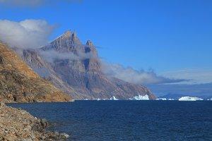 Le versant ouest de la Cathédrale vu des environs du camp 16 sur la rive nord de l'Øfjord 26 août 2010