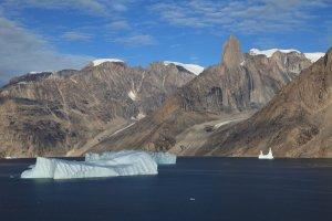 L'extrémité est de l'Øfjord, le massif de la Forteresse et la Grande Aiguille (1977m) - 30 août 2010.